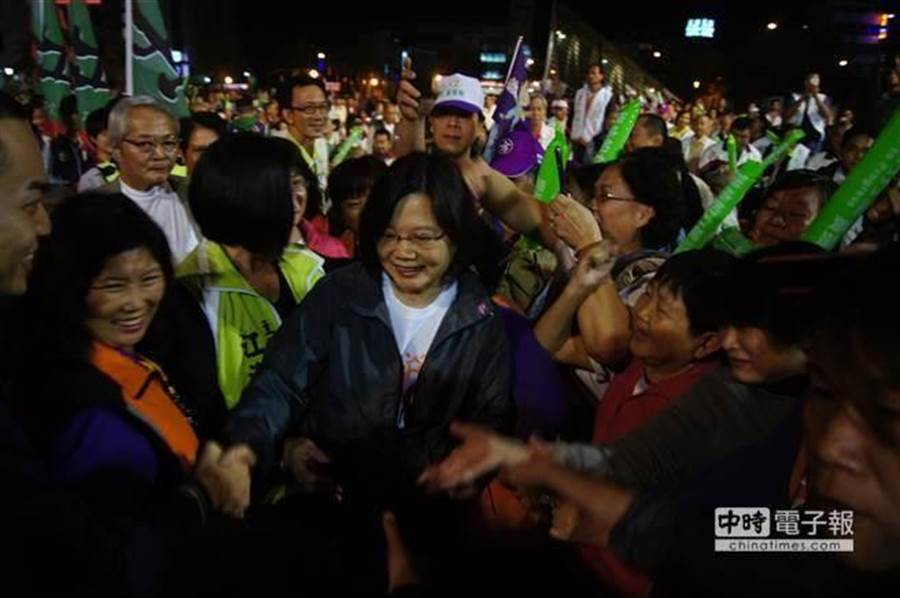圖為民進黨支持者爭相與總統蔡英文握手。(中時資料照)