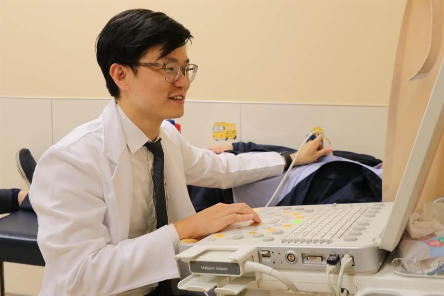 亞大醫院心律不整醫療團隊醫師莊傑貿為患者(非當事人)施行心臟超音波檢查。(林欣儀攝)