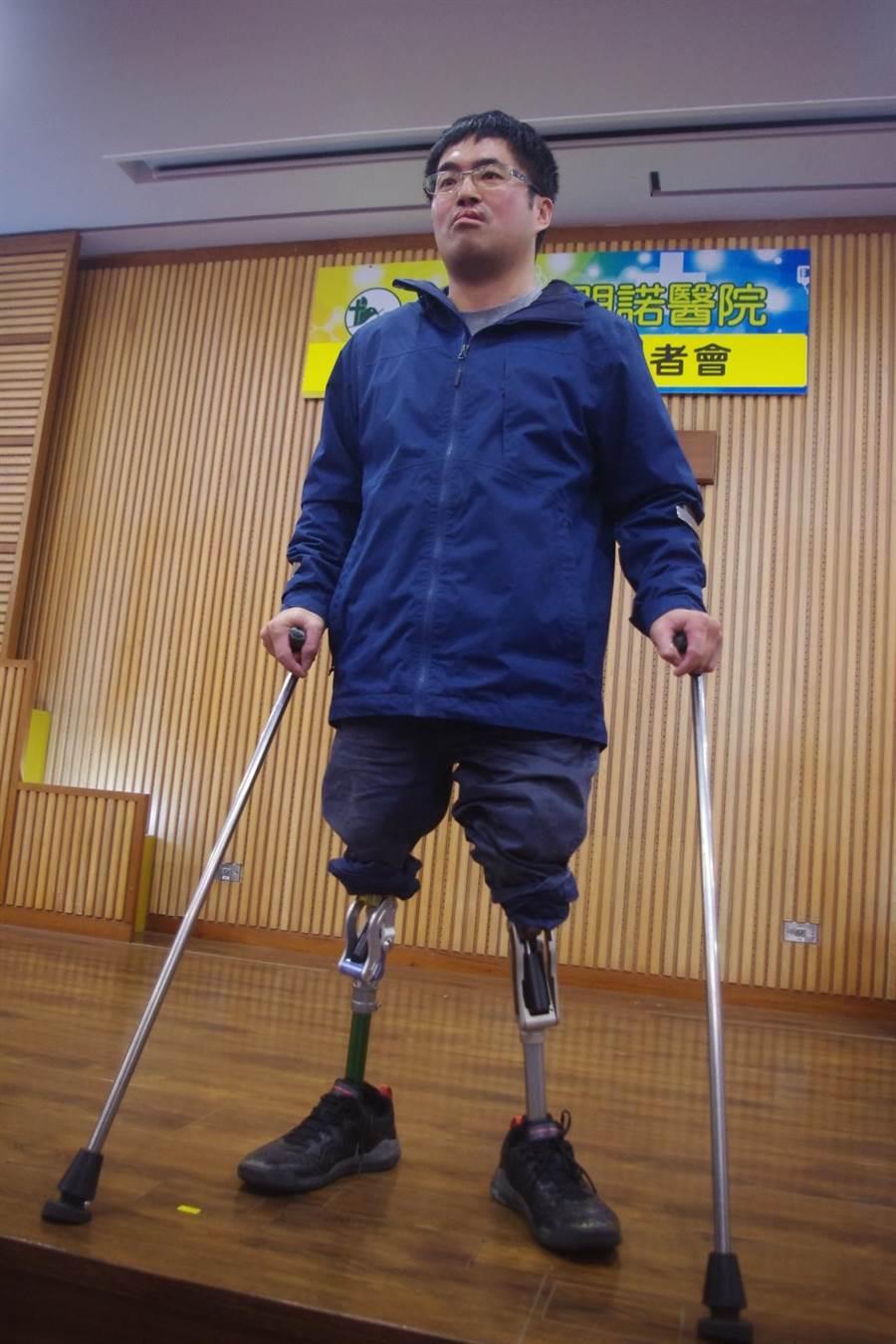 輪椅網球選手王偉軒說走路新的義肢輕便省力、外觀很帥,有點像鋼鐵人感覺。(許家寧攝)