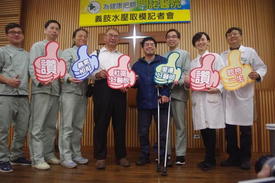 輪椅網球選手王偉軒(右四)等了30年,終於可以輕鬆陪伴父親(右五)一起散步。(許家寧攝)