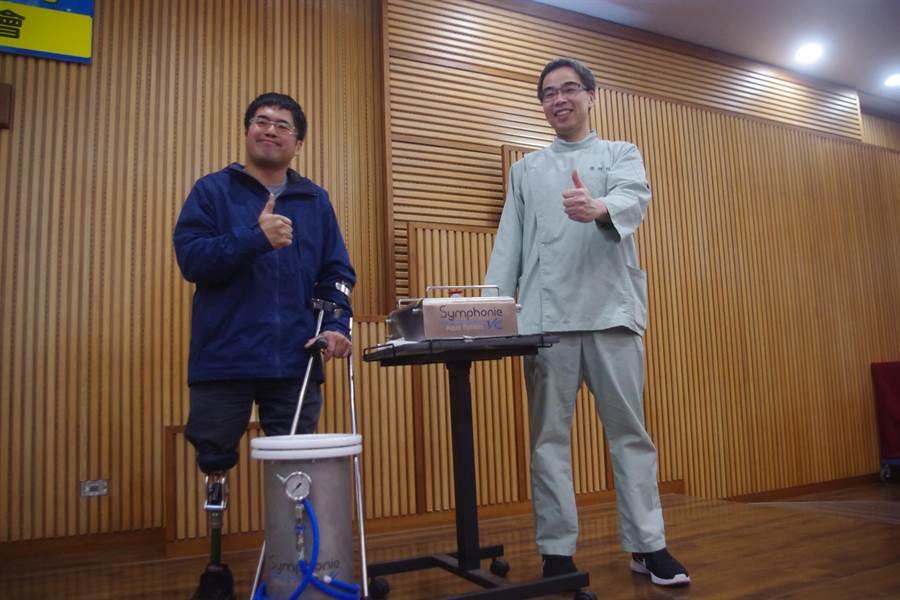 王偉軒感謝義肢矯具師陳鴻彬(右),也盼新儀器普及能照顧弱勢。(許家寧攝)