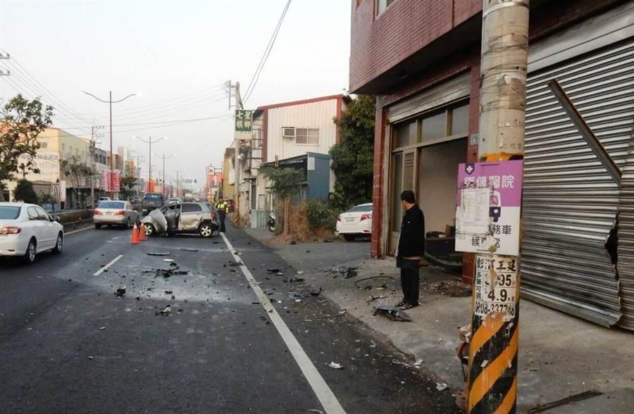 37歲王姓男子駕駛銀色,為了迴避迴轉車輛,竟偏離車道,衝向路旁電線縫隙撞爛民宅鐵門,轎車也撞成一團爛鐵。(吳敏菁翻攝)