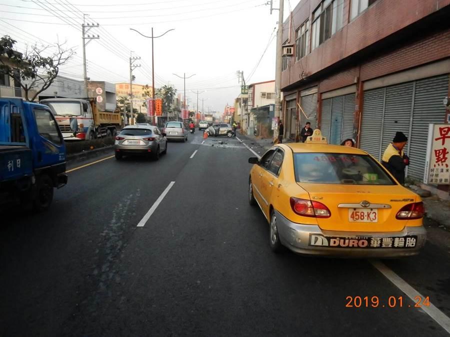 37歲王姓男子駕駛銀色,為了迴避迴轉計程車車輛,竟偏離車道,衝向路旁電線縫隙撞爛民宅鐵門,轎車也撞成一團爛鐵。(吳敏菁翻攝)