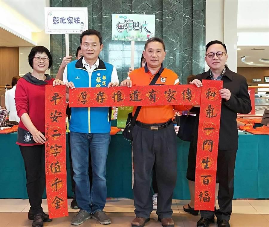 縣議員張錦昆(左二)也在網紅版主葡萄爺爺(右二)號召邀請下前來響應,他的手寫春聯,近日將在社群上以888元起價競標。(謝瓊雲攝)