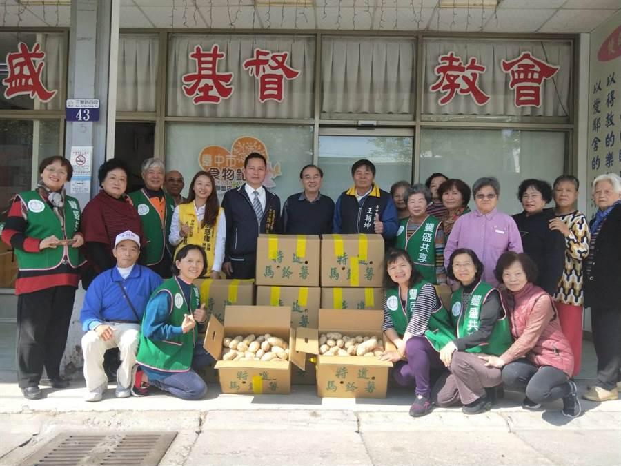 后里區農會總幹事陳清琪(中排左五)代表捐贈600公斤馬鈴薯給2個弱勢團體。(陳淑娥攝)