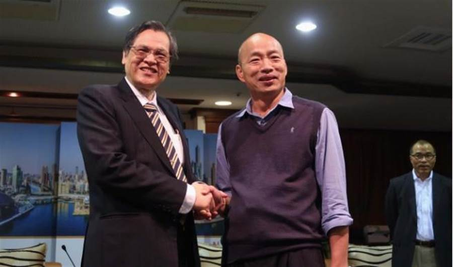 高雄市長韓國瑜(前右)23日會晤陸委會主委陳明通(左)。韓國瑜說,陳明通強調的是「戰略層面」,而他談的是「經濟層面」。(中央社)