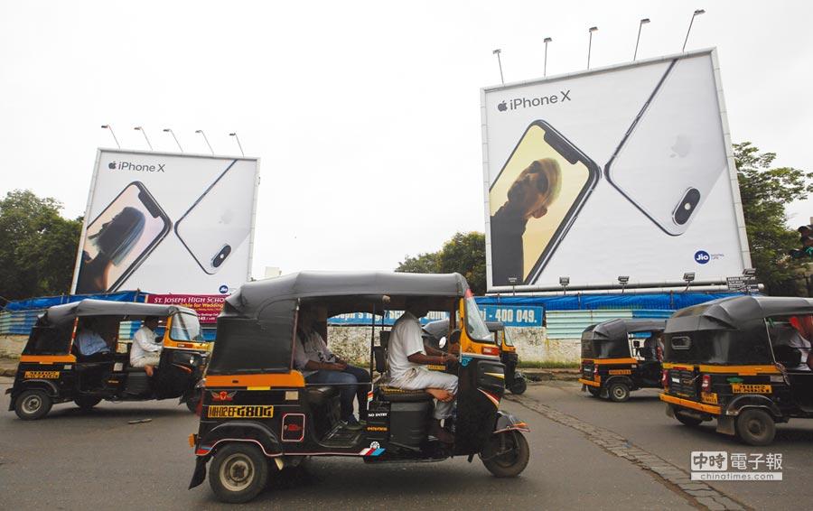 圖為印度孟買街頭的蘋果手機廣告。圖/路透