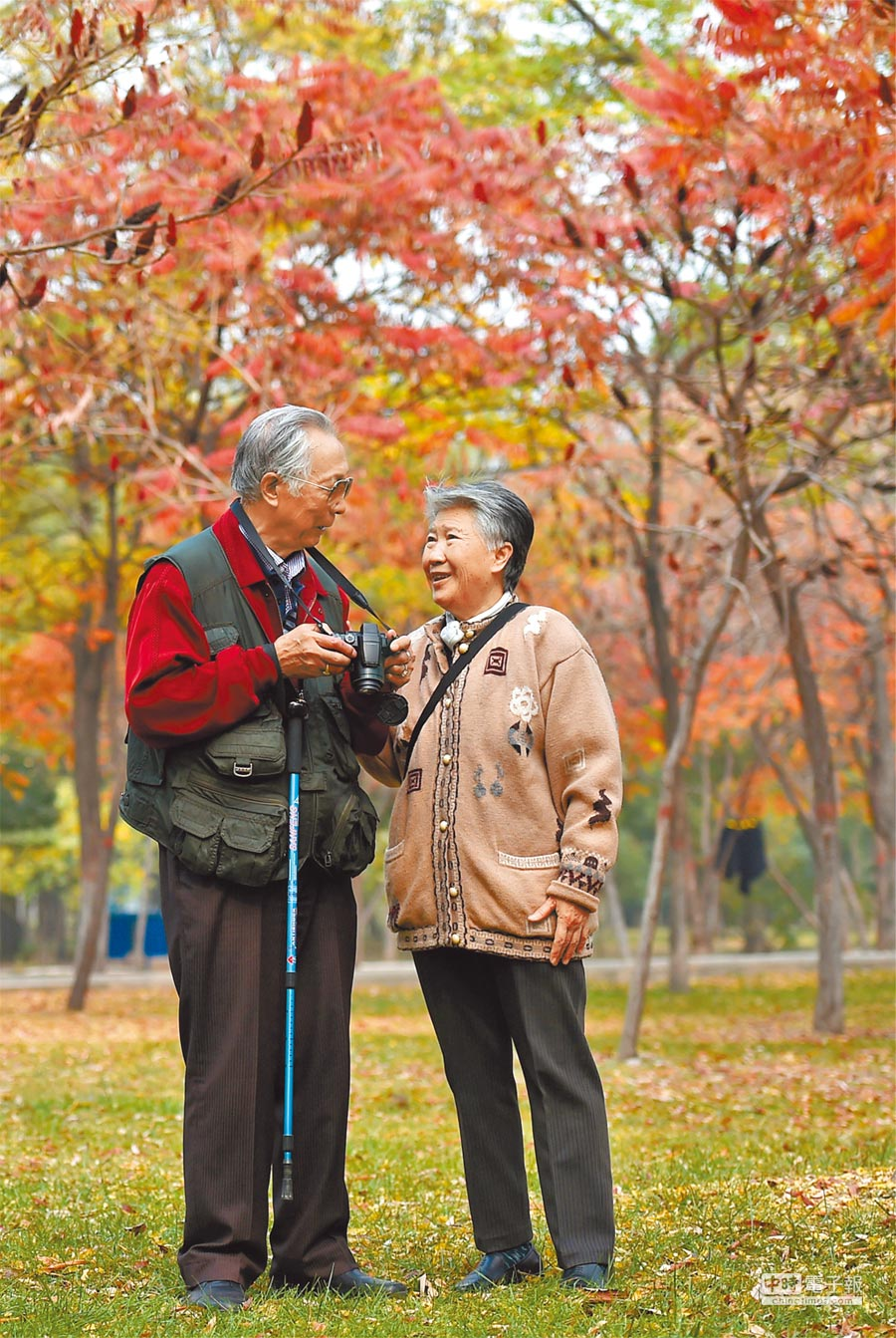 2018年大陸60歲以上「銀髮族」出遊人次大增。圖為山西太原汾河公園,一對老夫妻在看剛拍的照片。(新華社)