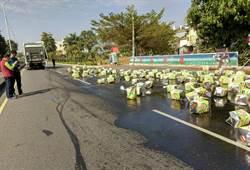 物流車沙拉油桶掉滿地 彰化田中「油路路」