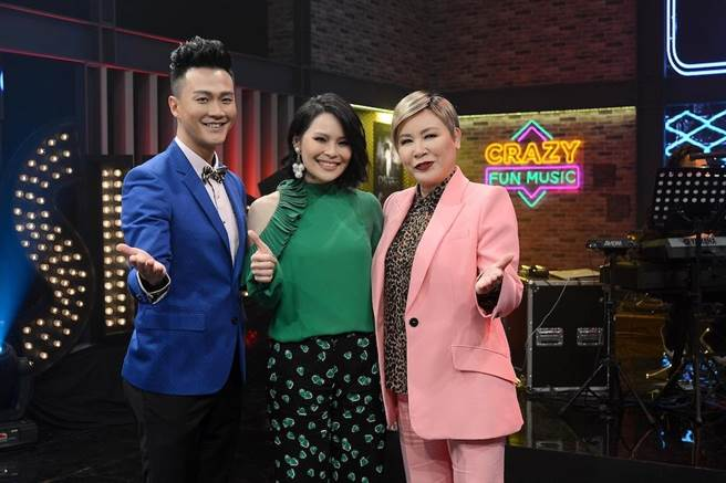 林俊逸(左起)、周蕙、黃小琥在節目上相見歡。(圖片提供:八大)