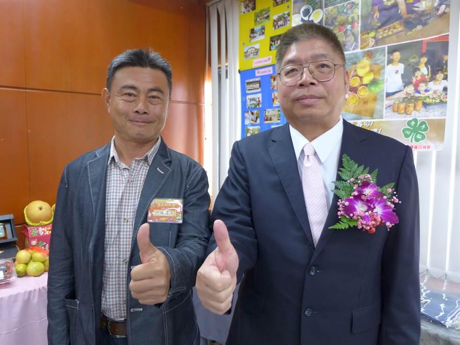 林清平(左起)獲頒「農貸經營績優」獎,開心與大里農會總幹事賴東陽合影。(林欣儀攝)