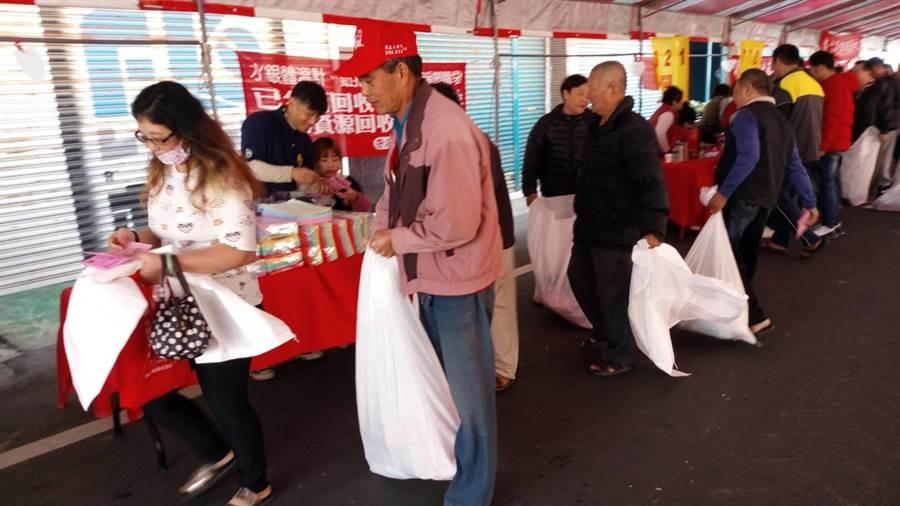 雲林縣土庫鎮公所舉辦寒冬送暖活動,轄內200多低收入戶受惠。(許素惠攝)