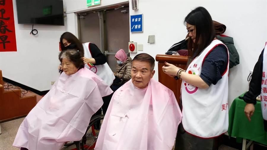 雲林縣土庫鎮公所舉辦寒冬送暖活動,愛心美髮師義剪。(許素惠攝)