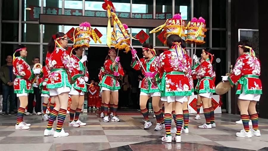 雲林縣土庫鎮公所舉辦寒冬送暖活動,也邀請西平社區發展協會花鼓隊表演。(許素惠攝)