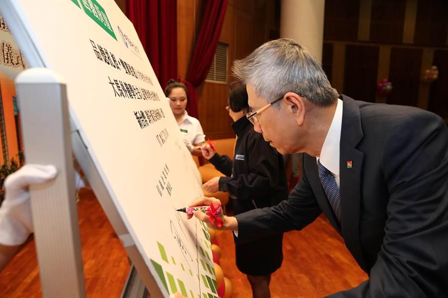 信義企業集團董事長周俊吉(前)25日與中國科大董事長上官永欽(後),共同簽訂產學合作計畫。(徐養齡攝)