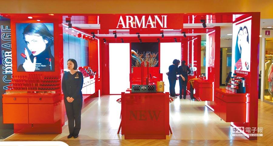 SOGO忠孝館2F GIORGIO ARMANI全台唯一彩妝形象概念店全新開幕,紅色視覺搶眼,春節喜氣應景。(SOGO提供)