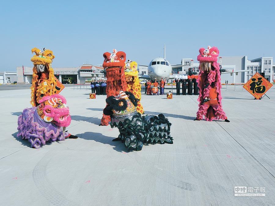海軍於24日實施春節加強戰備演訓,並舞獅向國人賀年。(記者張國威攝)