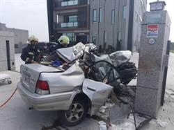 嘉義離奇車禍 轎車失控衝撞門柱 車毀2人亡
