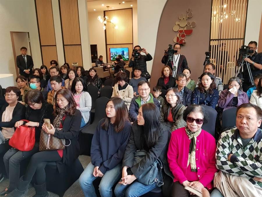 旅居上海的60位台商企業主,首度組成賞屋團,26日下午先參訪京城集團4個建案之一的綠翡翠,聴取簡報。(圖/顏瑞田)