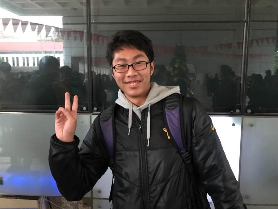萬芳高中的陳垣維同學說,空汙是這次學測自然的亮點。(張穎齊攝)