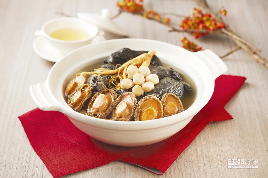 台北喜來登飯店〈辰園〉粵菜餐廳的〈如意干貝鮮鮑燉烏雞湯〉,曾在年菜評比中得到湯品類第一名。圖/台北喜來登飯店