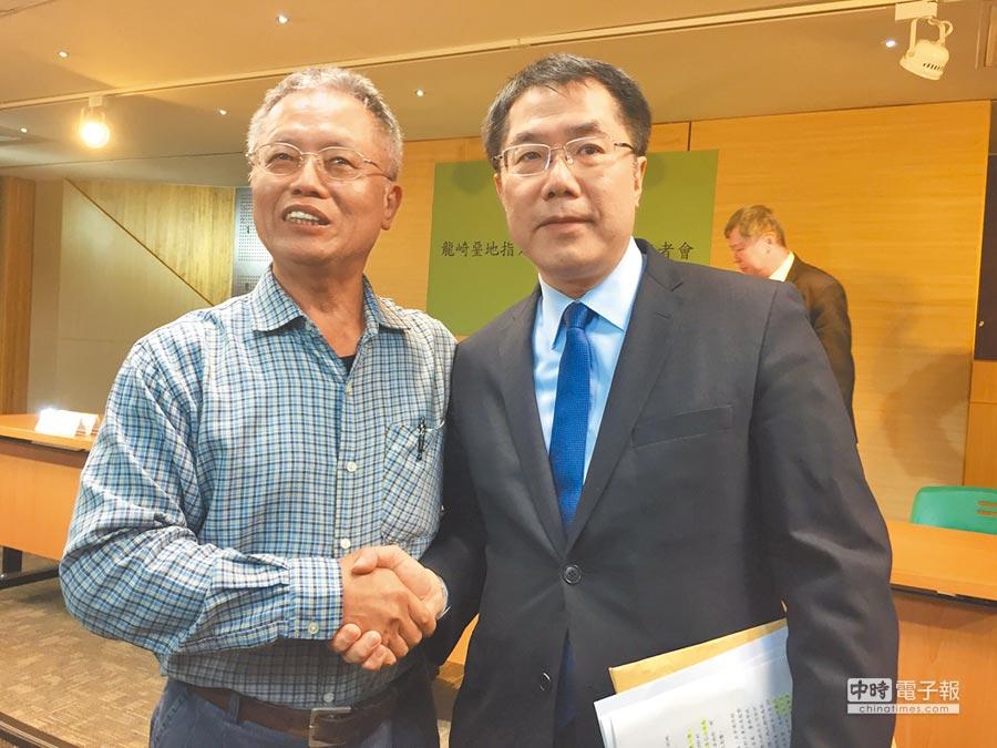 台南市長黃偉哲宣布將龍崎事業廢棄物場址指定為暫定自然地景,左為現任牛埔里長陳泰祥。(曹婷婷攝)