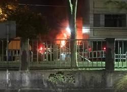 彰化驚傳暗夜大火 婦自行脫困、1消防員受傷