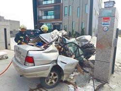 轎車失控撞門柱 2人不治它無傷
