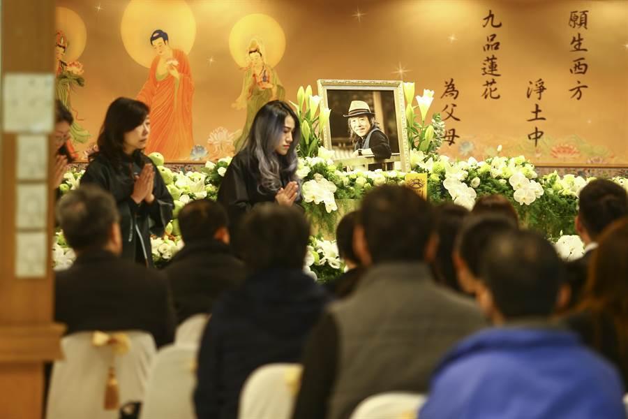 林清玄女兒林亮云(左2)雙手合十感謝到場參與的親友。(鄧博仁攝)