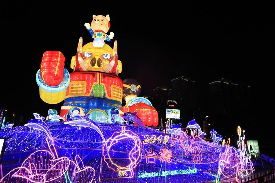 交流燈區臺灣主燈以「金剛豬」造型設計,命名為「金豬報喜」。(觀光局提供)