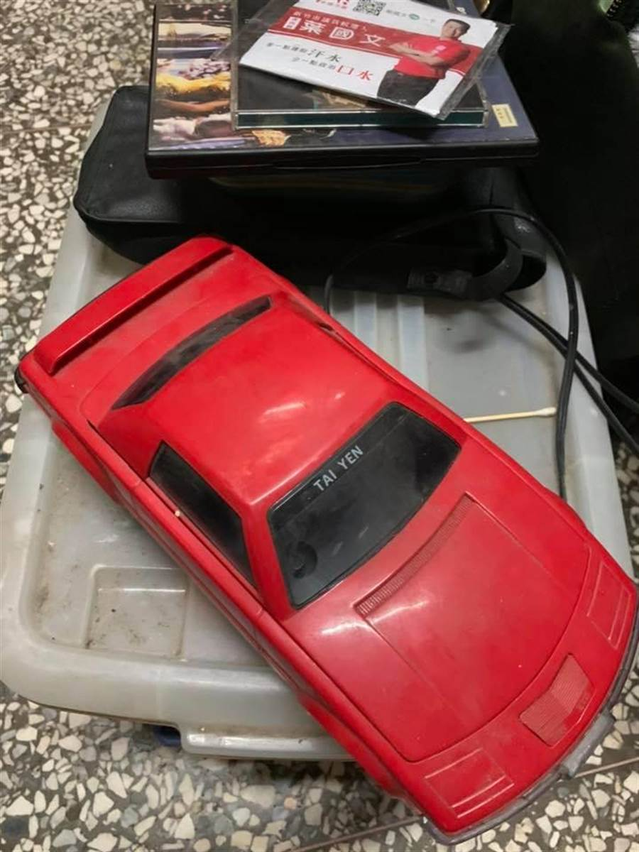 紅色跑車外型的「迴片機」,是不少人童年回憶。(圖/翻攝自臉書《爆廢公社》)