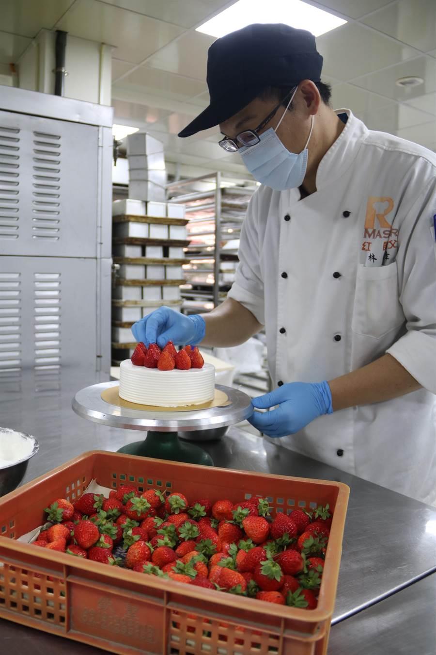 弘光科技大學烘焙食品實習工廠「紅師父」推出少女系甜點,每天採買新鮮草莓,限量製作。(王文吉攝)