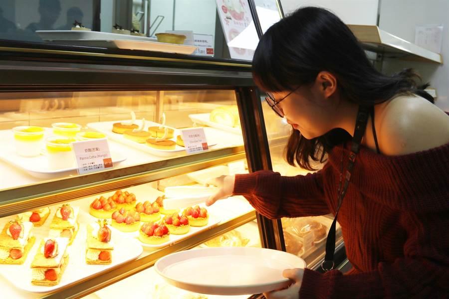 「紅師父」推出少女系夢幻甜點,一舉擄獲草莓控女學生。(王文吉攝)