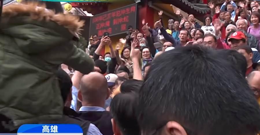 韓國瑜發紅包遭「吃豆腐」,小男孩專業突襲他的禿頭,大喊我愛你。(圖/翻攝自中天新聞)