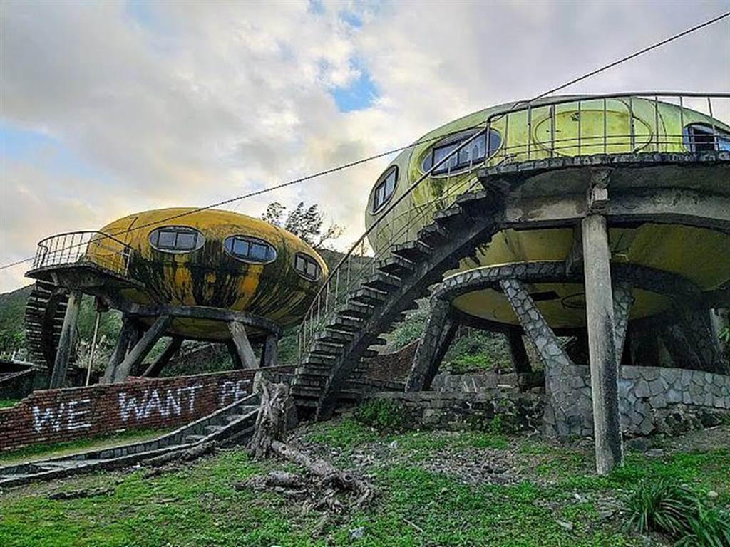 新北萬里翡翠灣附近有個「廢墟飛碟屋」聚落,陰森的外觀成為許多網友IG打卡的熱門景點。