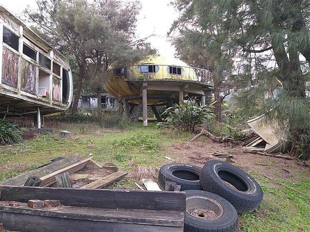 飛碟屋廢墟、野草遍布,加上廢棄輪胎與垃圾,讓此處增添神秘氣息。