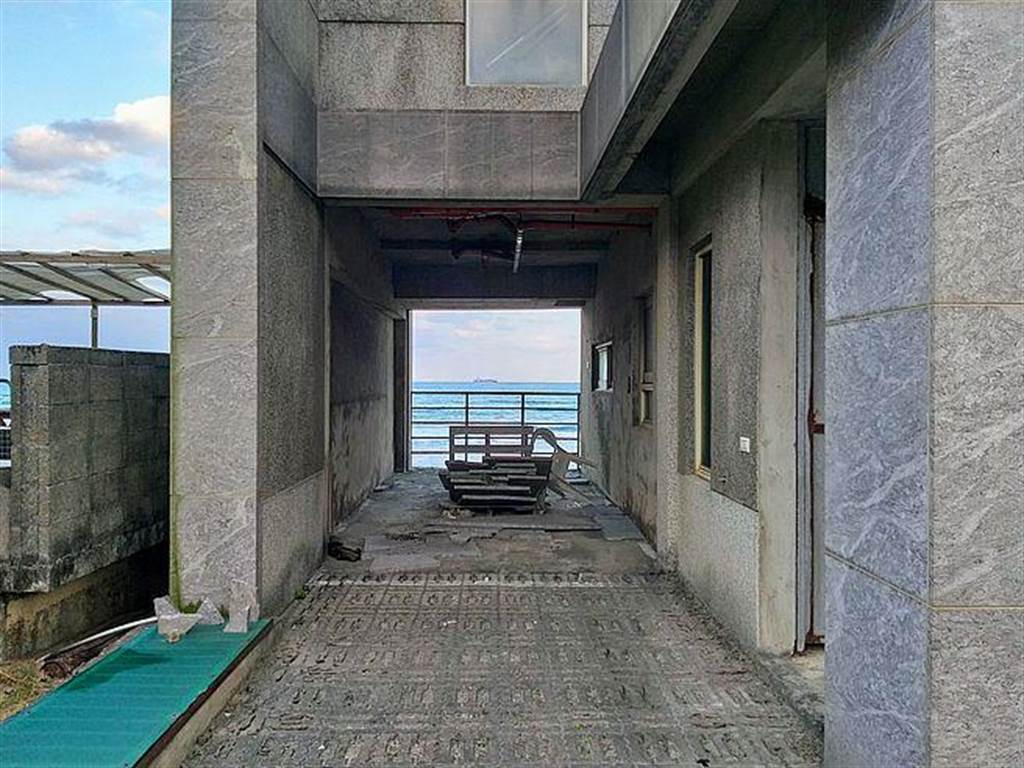 飛碟屋這裡也有部分住戶將其修繕,假日偶爾有人來度假,從飛碟屋裡坐擁碧海藍天美景,成為另種奇異浪漫。