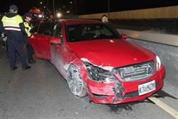 影》賓士女酒駕自撞毀車頭 急叩老公救援