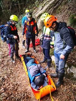 又有登山客摔邊坡受困失溫 消防員7小時扛下山