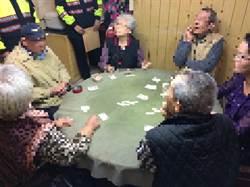 賭性堅強!警破獲賭場逮8爺奶級賭客 年齡總和570歲