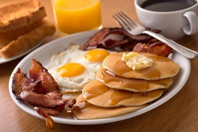 肥到驚人!營養師揭中西式地雷早餐恐怖真相。(示意圖/達志影像)