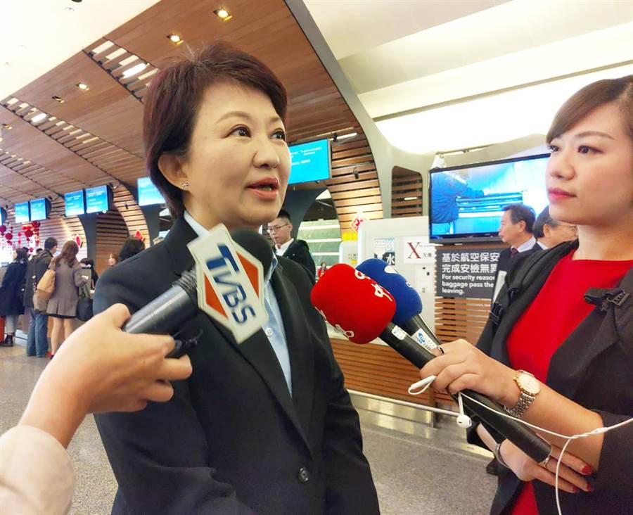 台中市長盧秀燕上任後首度出訪海外,今天上午她飛往香港參加「中華出入口商會」會長交接及會員大會。(陳世宗翻攝)