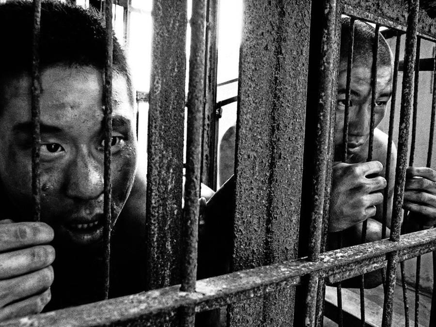 EX-亞洲劇團透過舞台劇《島》,帶領觀眾直擊牢房現場、感受主角的孤獨絕望。(何冠嫻翻攝)