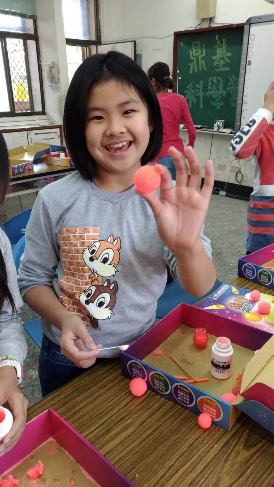 利用合成的原理,小朋友開心的展示自己動手做的彈跳球(鼎基提供)