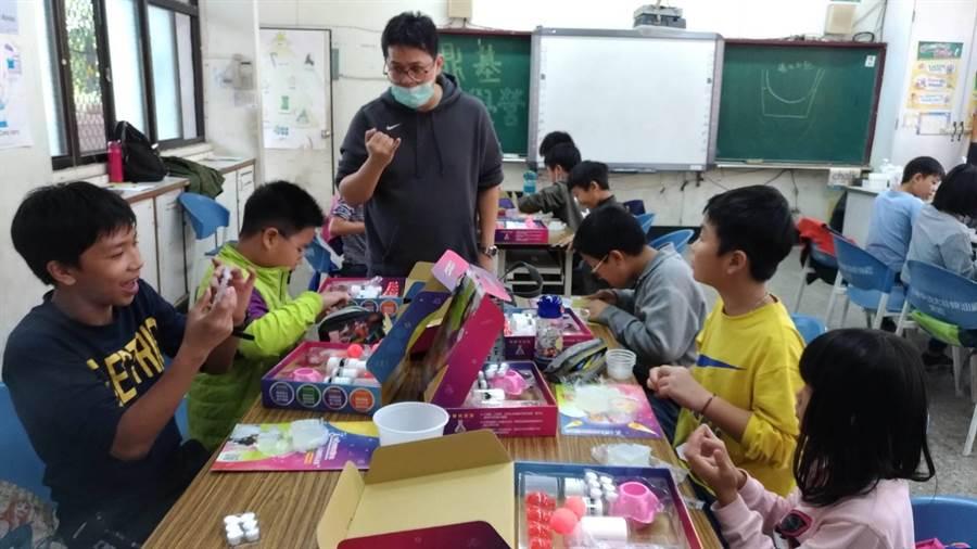 透過老師的講解,讓小朋友們親手做發泡錠(鼎基提供)