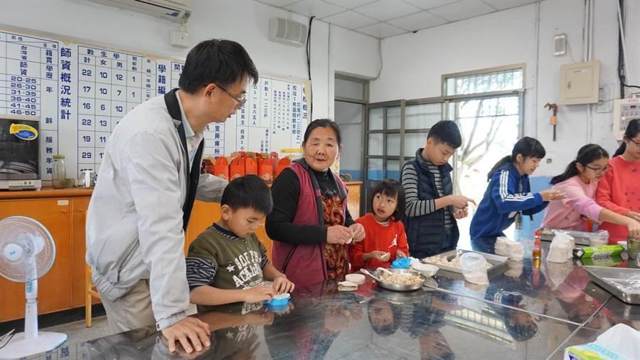 育仁國小老師黃煥勇28日帶著校內高關懷家庭的小朋友們,一起採摘蔬菜包水餃。(校方提供)