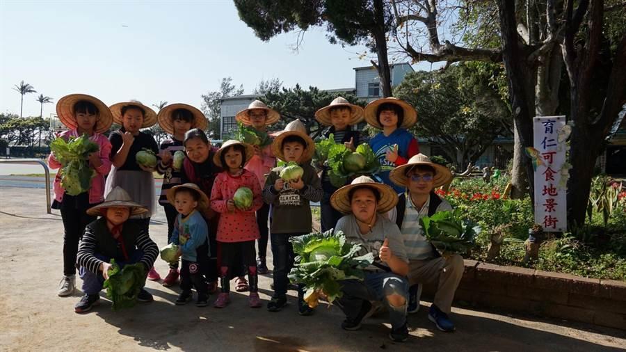 育仁國小老師黃煥勇28日帶著校內高關懷家庭的小朋友們,一起採摘農場內的芹菜、蔥和高麗菜親手包水餃。(校方提供)