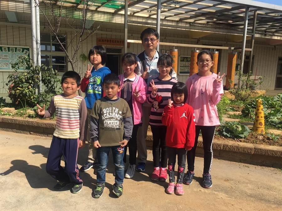 育仁國小老師黃煥勇28日帶著校內高關懷家庭的小朋友們,一起採摘蔬菜包水餃。(葉臻攝)