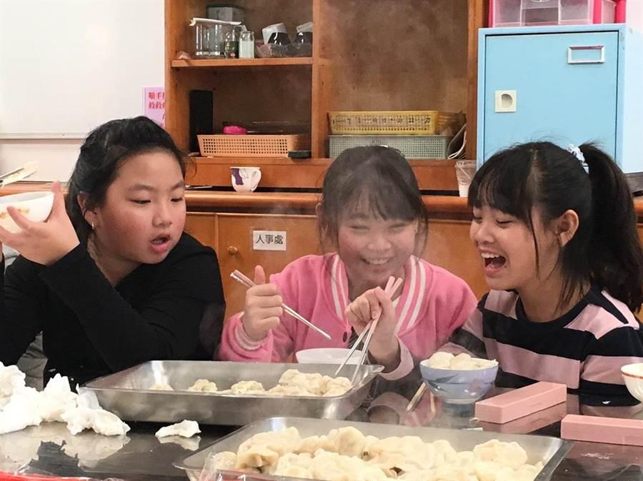 小朋友們開心吃著自己包的水餃。(葉臻攝)