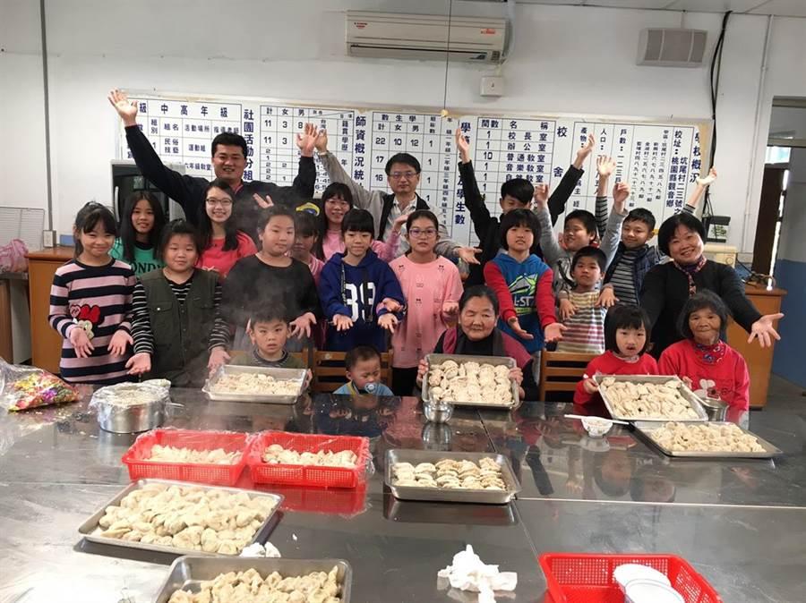 育仁國小透過學校老師的關愛,讓學校高關懷家庭的小朋友們感受到過年的溫暖。(葉臻攝)